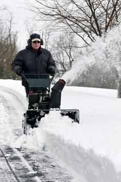Сравнительный обзор инструмента для уборки снега: чем проще чистить территорию?