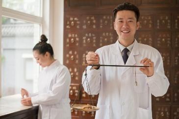 Врач китайской медицины