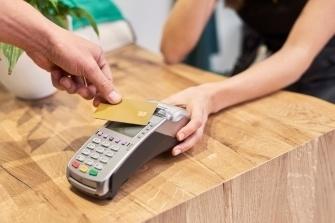 Расчеты банковскими картами с клиентами: как организовать расчеты по картам?